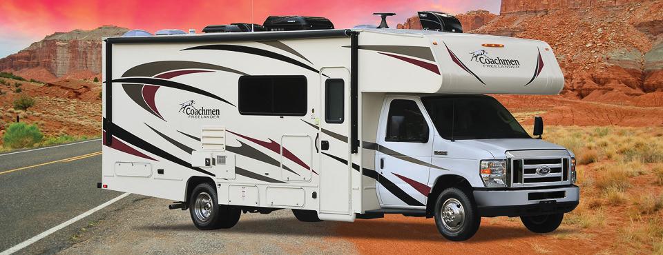 Beau camping car familial Coachmen Freelander 31BH garé en bord de route et vu de 3/4 face côté passager