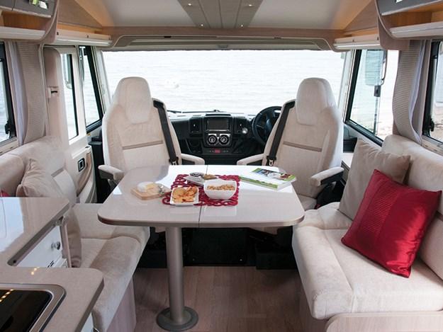 Espace dinatoire du camping car Rapido 8094dF