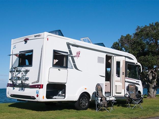 le camping car Rapido 8094dF vu 3/4 côté passager