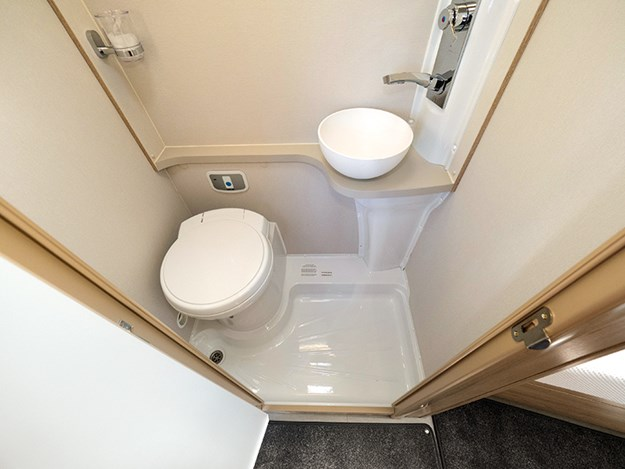 Salle de bain compacte avec les essentiels (1) .jpg