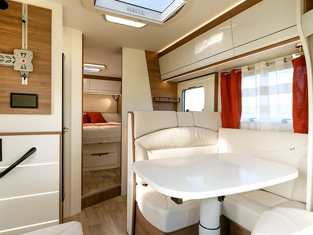 Le joli petit salon du camping car Pilote Pacific P690C