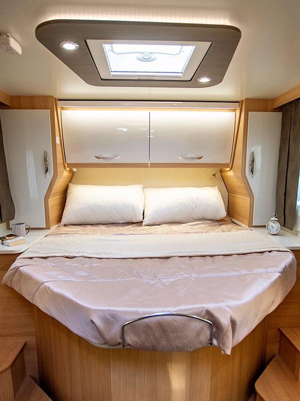 Camping car McLouis Fusion : le grand lit principal queen size