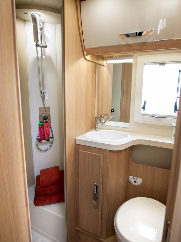 Grande salle de bain avec douche lavabo wc du Camping car McLouis Fusion