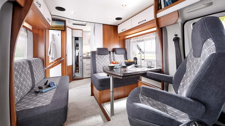 Un très grand salon d'un camping-car extensible