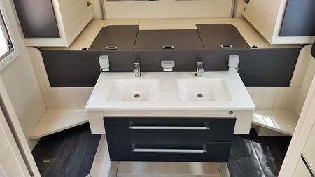Une salle de bain double vasque dans un camping car est une option onéreuse et demande un grand véhicule