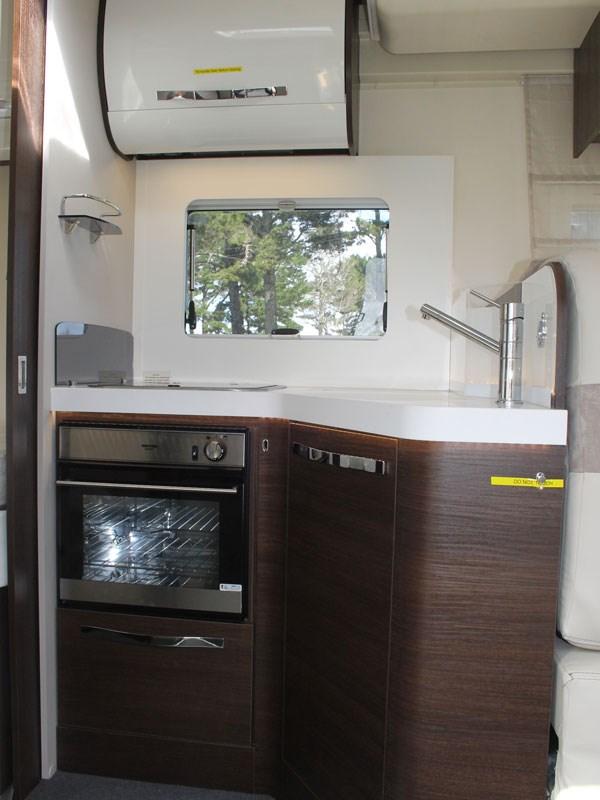 La cuisine petite mais pratique du camping car Rivera 82XT