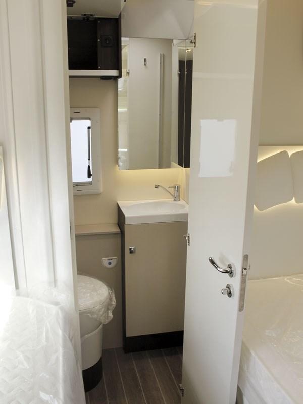 La salle de bain à l'arrière du Rivera 82XT avec sa grande douche