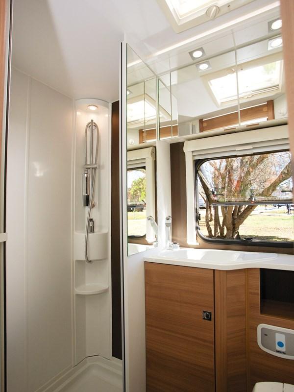 La belle salle de bain avec douche de l'Adria Coral 660SCS