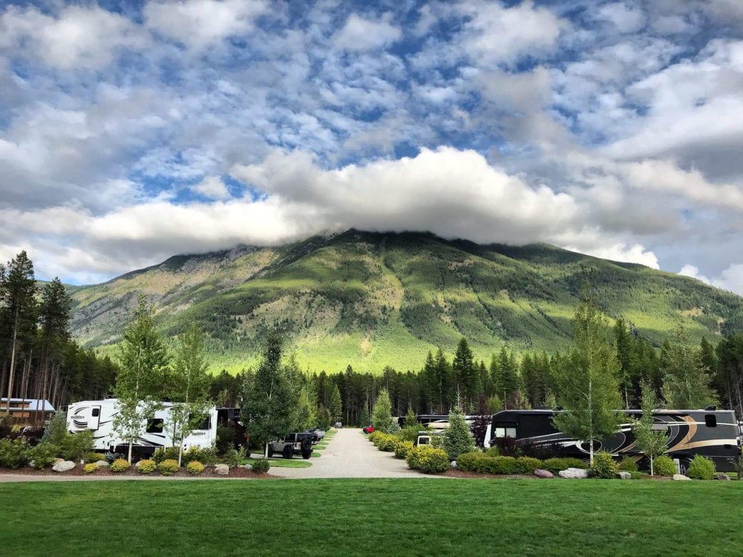 Vue sur les montagnes et les camping car : Comment planifier un voyage en camping car