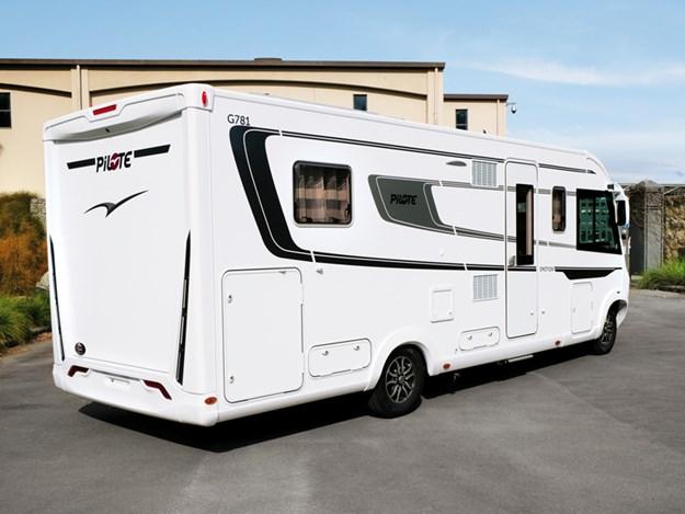 Le camping-car Pilote Emotion G781C garé de 3/4 côté passager