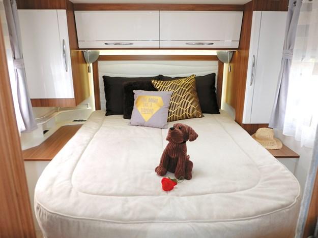 Beau grand lit du camping-car Pilote Emotion G781C