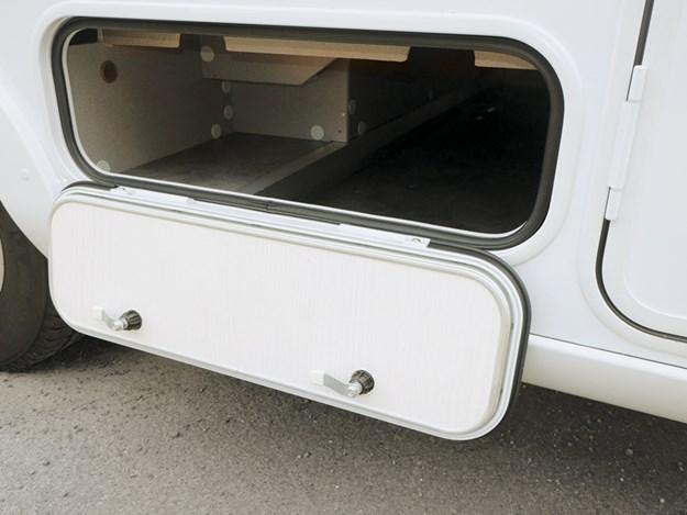 Encore un coffre de rangement extérieur pour le camping-car Pilote Emotion G781C