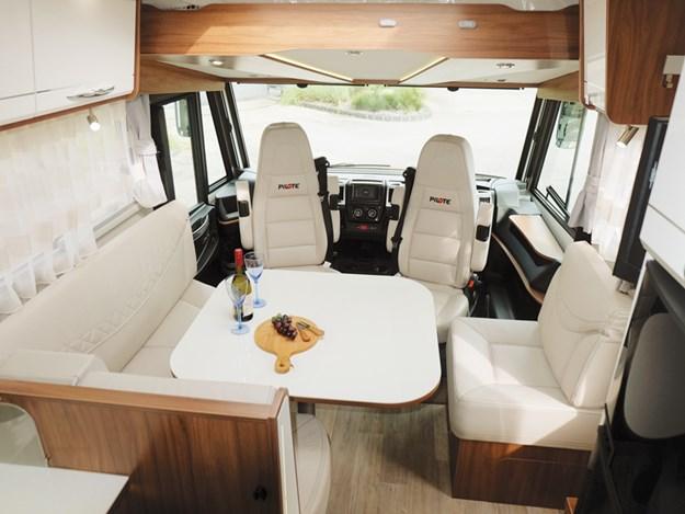 Très beau et luxueux salon en L du camping-car Pilote Emotion G781C