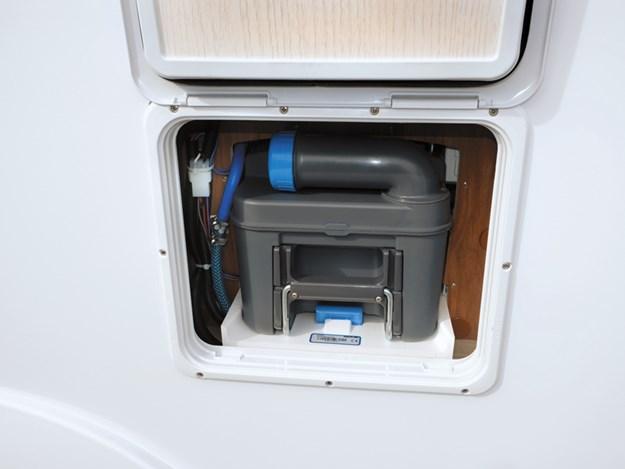 trappe bien accessible de l'extérieur de la cassette de toilette du camping-car Pilote Emotion G781C