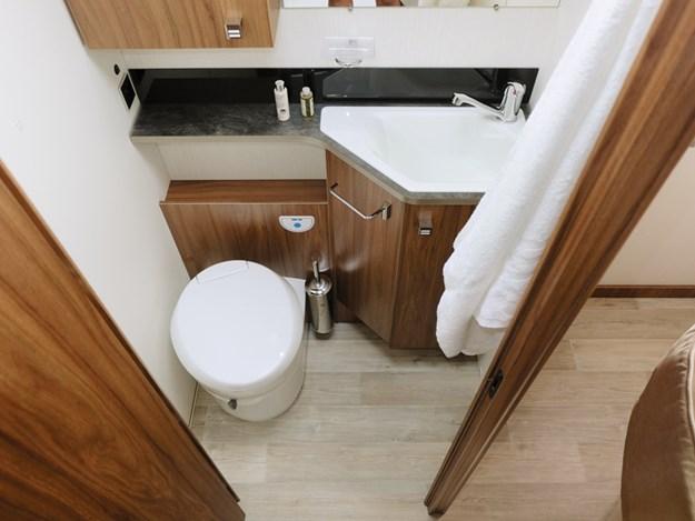 La salle de bain est suffisamment grande dans le camping-car Pilote Emotion G781C