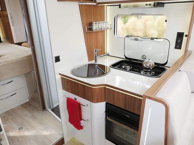 La cuisine petite mais fonctionnelle du camping-car Pilote Emotion G781C