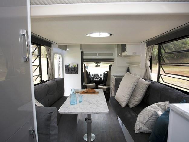 Intérieur spacieux du camping-car Avida Leura