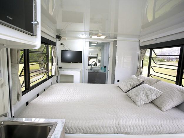Le grand lit du camping-car Avida Leura