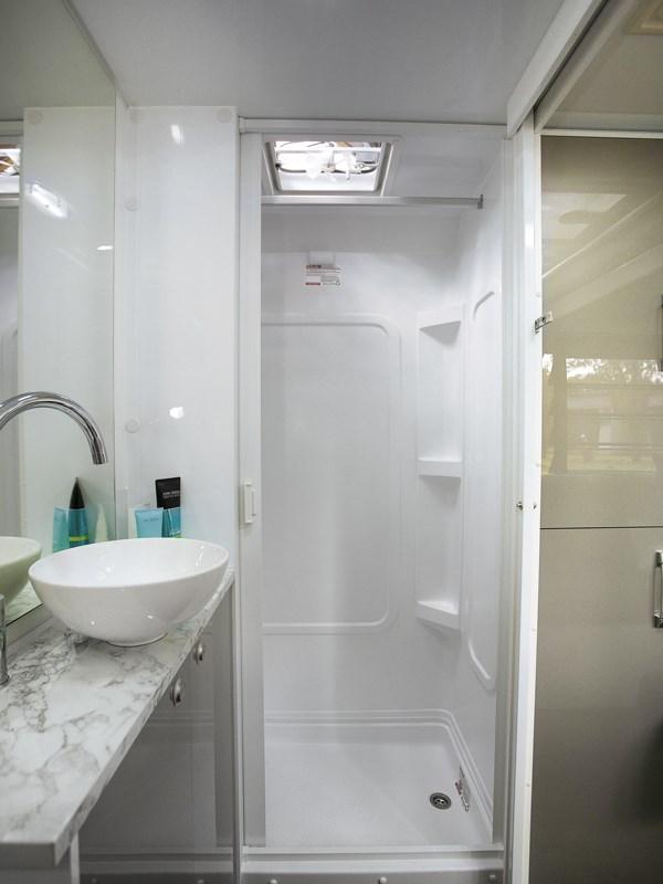 La grande et belle salle de bain avec douche du camping-car Avida Leura
