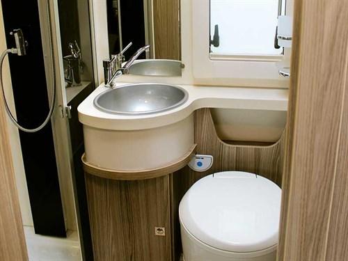 La salle de bain avec lavabo, douche et wc du Benimar Tessoro T481