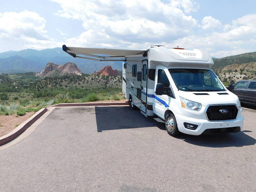 Camping cars qui gagnent à être connus : le coachmen Cross Trek 20XG avec l'auvent ouvert