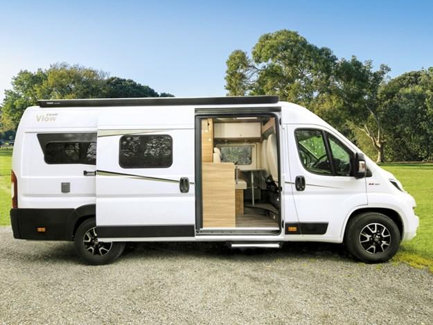 Camping-car Carado Vlow 600 blanc garé, vu de côté passager avec porte coulissante ouverte