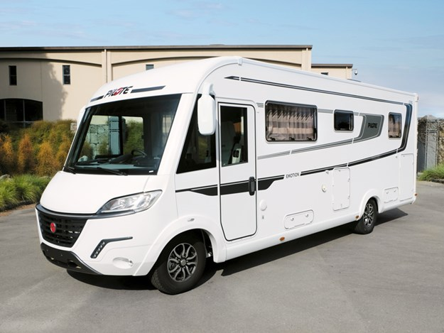 Le camping-car Pilote Emotion G781C vu de 3/4 conducteur