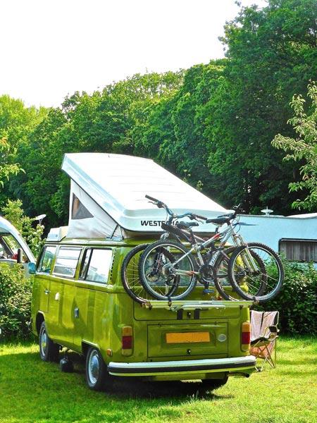 Où le camping sauvage est-il autorisé en Europe ? Van VW installé sur un camping