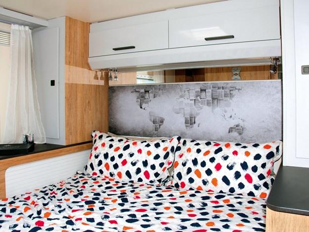La belle configuration du lit abaissé dans le Roller Team Pegaso 740