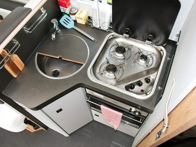 évier inox et plaque 3 feux de la cuisine du camping-car Roller Team Pegaso 740