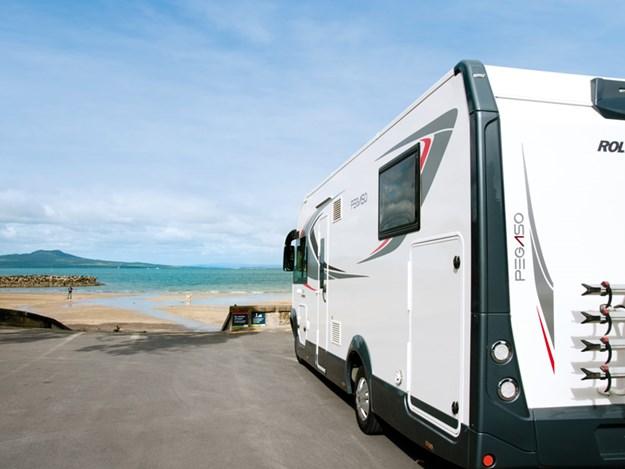 Garé face à la mer le camping car Roller Team Pegaso 740