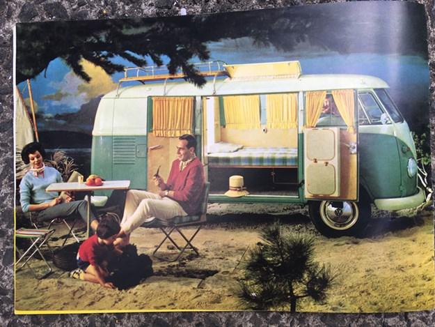 Affiche pub de 1966 qui montre une famille en camping avec un VW combi classique