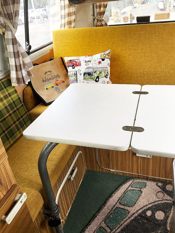 Table et canapé lit westfalia dans un VW combi classique