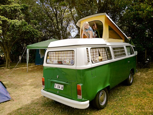 Un VW combi classique wesfalia vert comme neuf  avec pop top