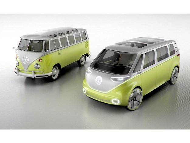 ID Buzz concept car du combi électrique VW prévu pour sortir en 2022 à droite - à gauche VW combi classique T2