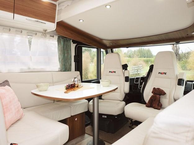 Très joli et spacieux salon beige du Pilote Sensation G600L