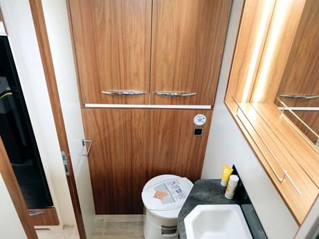 La salle de bain du Pilote Sensation G600L avec le lavabo la douche et le placard