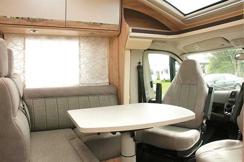 Le salon du Eura Mobil Profila T 725QB avec les sièges pivotants