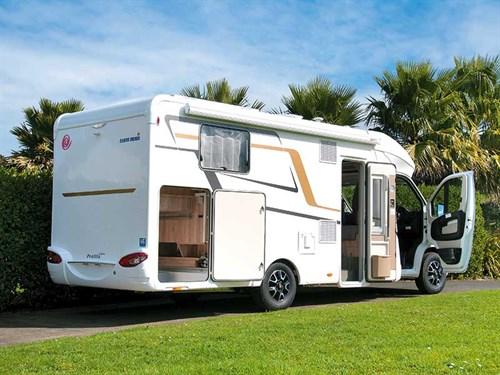 Garé toutes portes ouvertes, on apeçoit la grande soute latérale du camping-car Eura Mobil Profila T 725QB