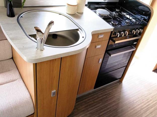 La cuisine avec évier , beaucoup de rangement et 4 plaques de cuisson de l'Auto-Trail Apache