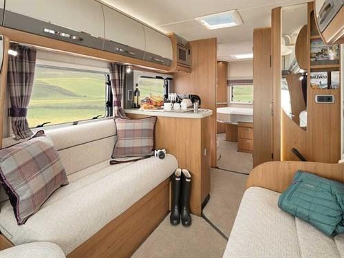 Auto-Trail Tracker RB : Le beau et grand salon avec des matériaux de qualité