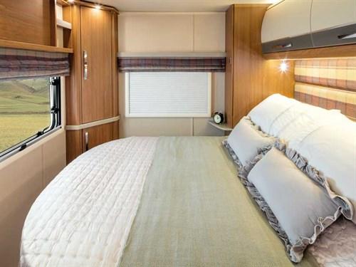 Le lit reste spacieux dans l'Auto-Trail Tracker RB