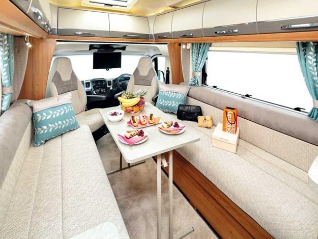 Beau et grand salon très spacieux du Frontier Comanche HB d'Auto-Trail