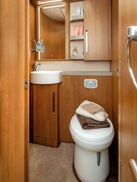 Grande salle de bain pour un camping car dans le Frontier Comanche HB d'Auto-Trail