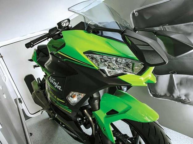 Ici une moto garée dans le garage du Frontier Comanche HB d'Auto-Trail
