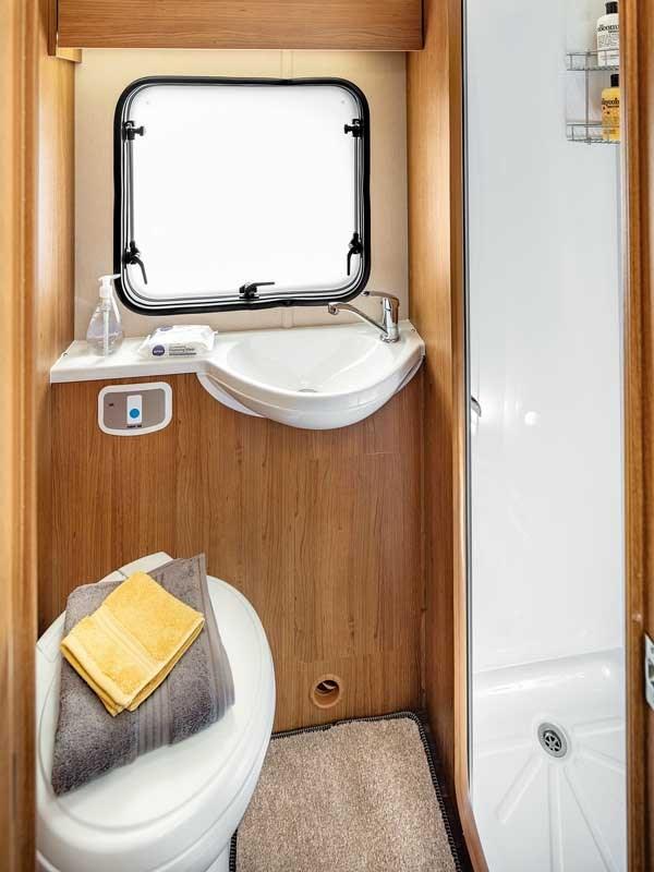 La sallede bain de l'Auto-Trail Imala 734 avec le lavabo, la douche et les wc