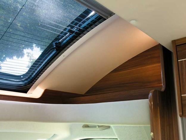 L'intérieur très lumineux du Roller Team Auto-Roller 747 avec le puit de lumière.