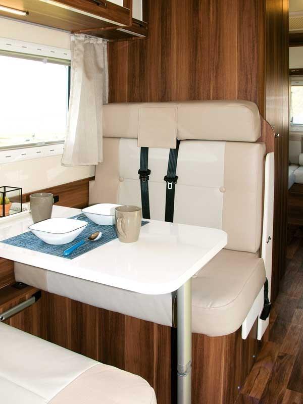 Sièges pour le repas tous assortis de ceintures de sécurité dans le Roller Team Auto-Roller 747