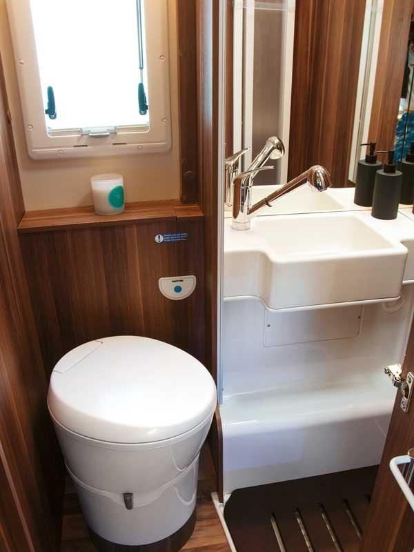 La salle de bain compacte mais complète du Roller Team Auto-Roller 747 avec lavabo, douche et wc