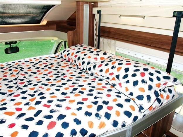 Grand lit proche de la cabine du Roller Team Auto-Roller 747